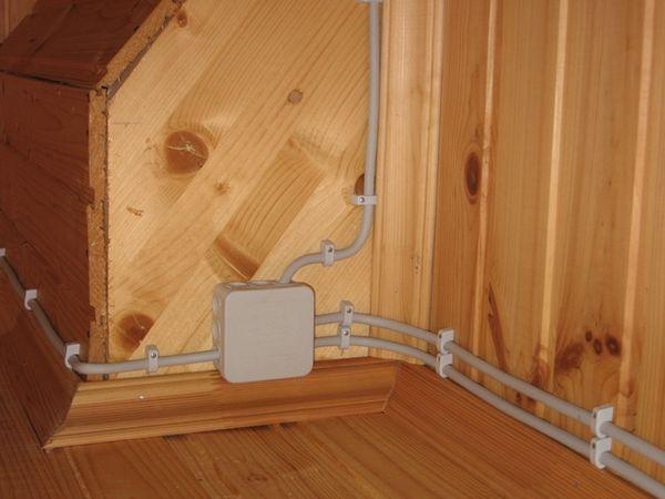 Монтаж открытой проводки в деревянном доме