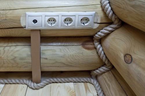 Комбинированный монтаж проводки в деревянном доме