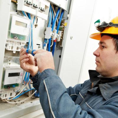 Частный электрик или мастер от компании, кто лучше?